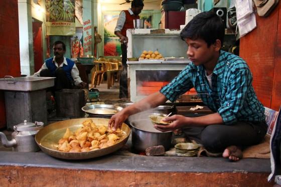 Jedzenie na ulicy w Waranasi