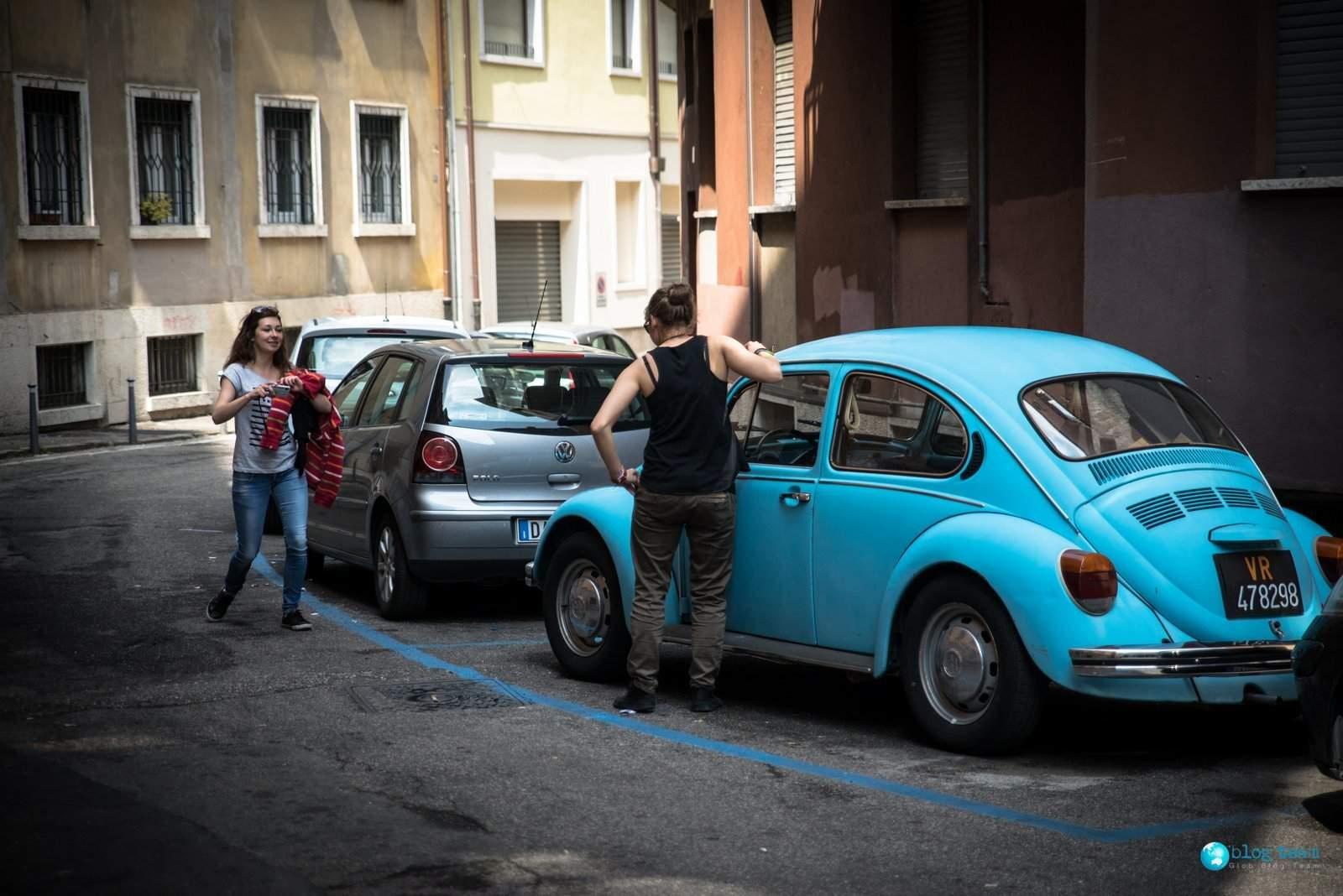Dziewczyny w Weronie - Blue Vw Beetle