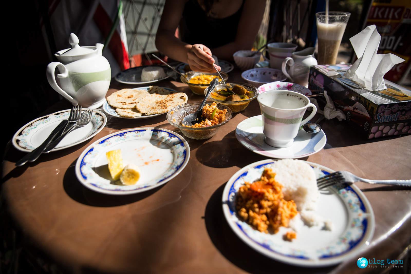Zestaw śniadaniowy rice & curry, świeże owoce, koktajl, kawa, herbata Sri Lanka