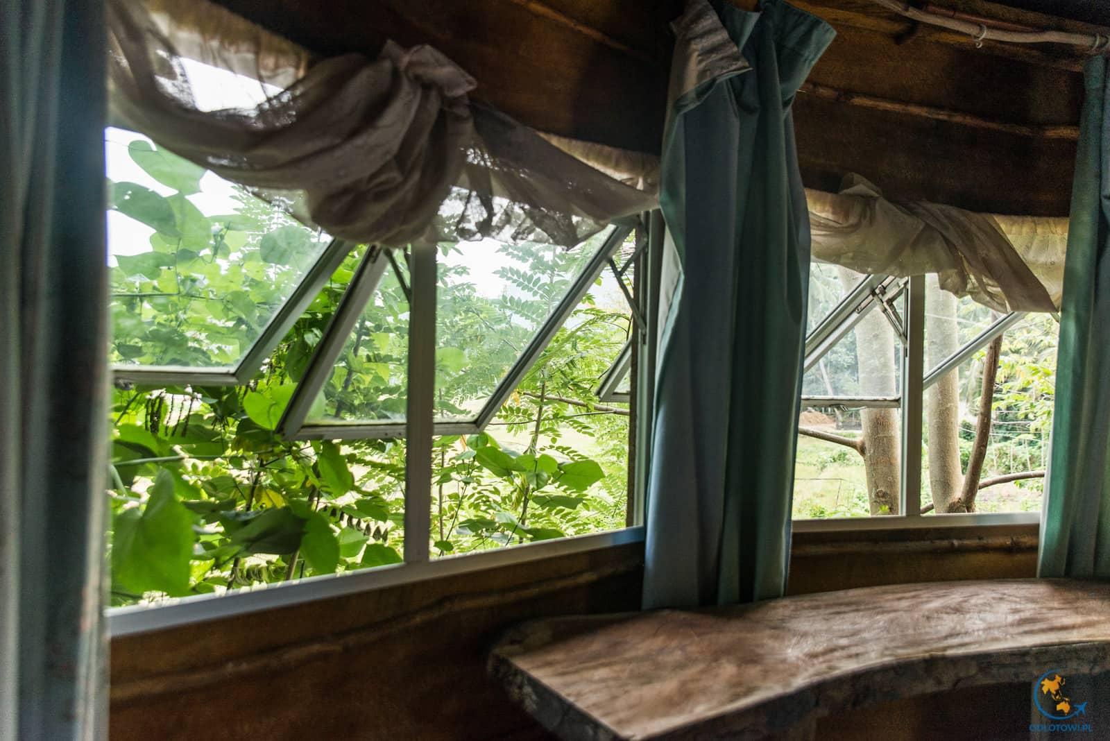Okna - Domek z gliny i drewna